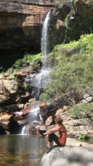 Christin am Rainbow Water-Pool im Blackdown Tableland Nationalpark